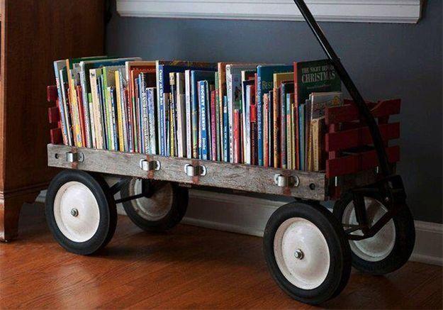 Des livres pour enfants rangés dans une voiture vintage miniature