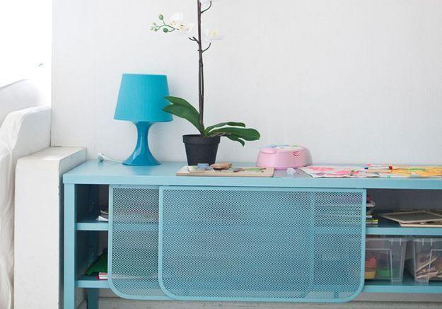 Ranger les affaires scolaires via des boites transparentes en plastique cachés dans un joli meuble
