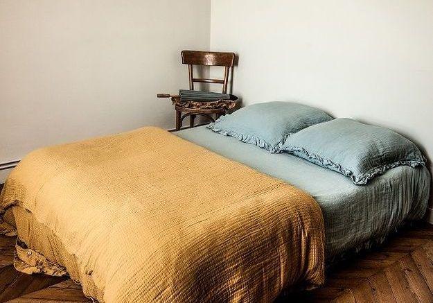 On privilégie le linge de lit en lin pour créer une chambre cosy
