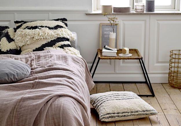 Décliner les matières naturelles pour une chambre cocooning (parquet, osier, lin, laine...)