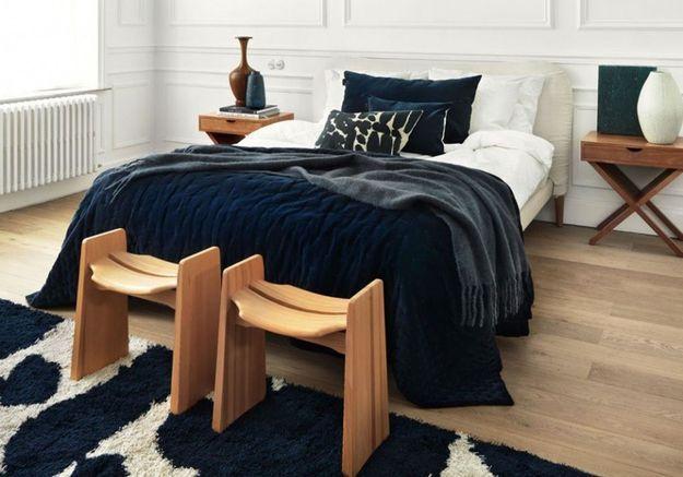 Placer un tapis épais en bout de lit pour une chambre cocooning