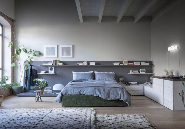 Une chambre grise aux nuances bleutées
