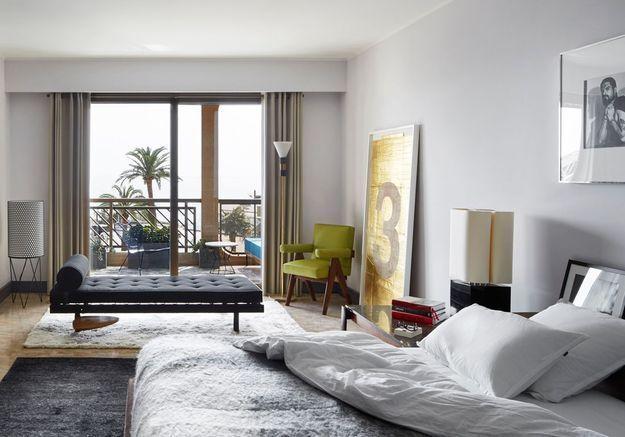 Une chambre grise qui mixe les styles