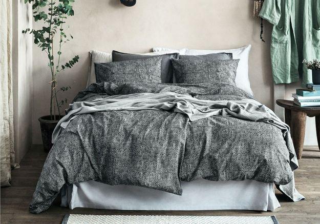 Pensez au cache-sommier pour un lit entièrement habillé