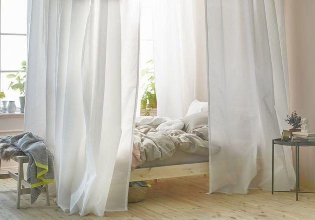 Penser aux voilages autour du lit pour dépayser ses invités
