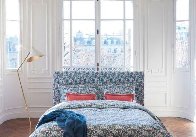 Placer le lit au centre de la pièce façon chambre d'hôtel