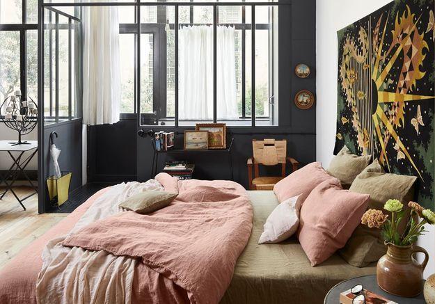 Installez une verrière en métal noire dans la chambre ou repeignez les boiseries des fenêtres et des portes en noir
