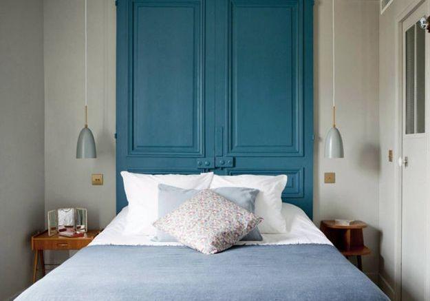 Des portes en bois repeintes en guise de tête de lit