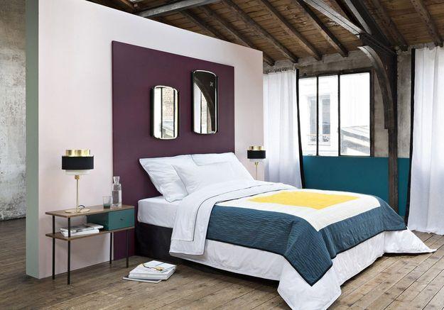 Un carré peint sur le mur en guise de tête de lit