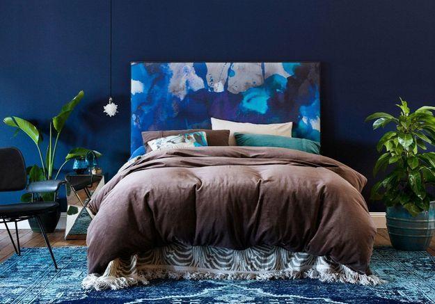 Une tête de lit recouverte d'un tissu arty