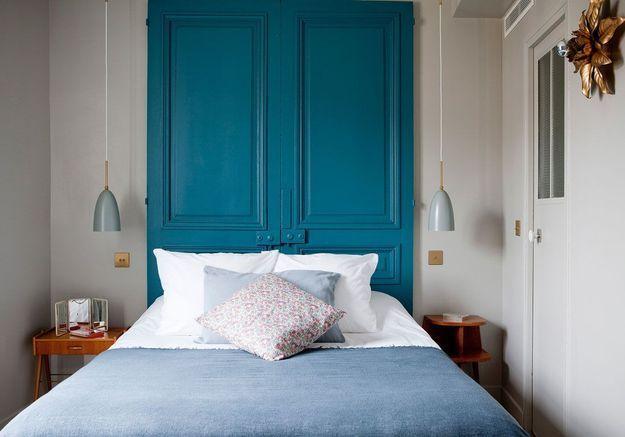 Une tête de lit via une ancienne porte repeinte