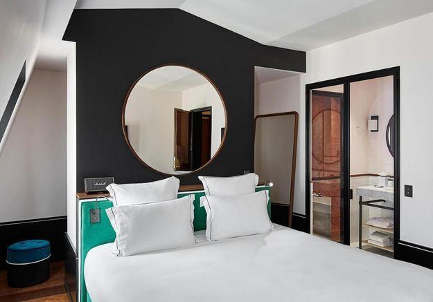 Une tête de lit avec luminaires intégrés