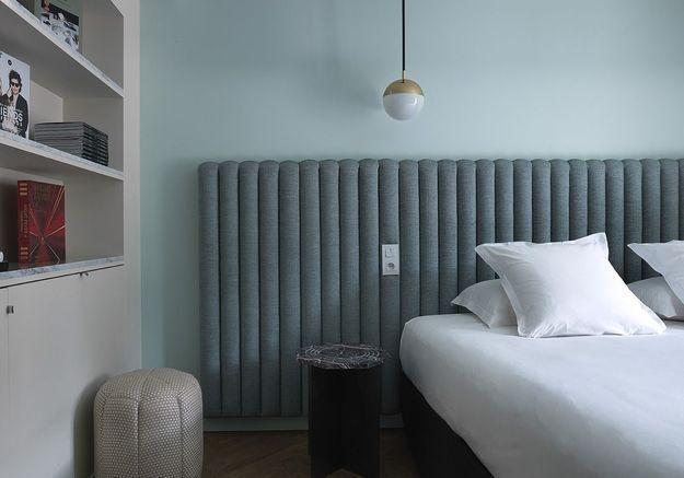 Une tête de lit sur toute la longueur d'un mur