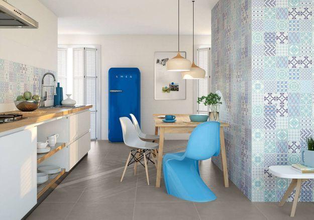 Cuisine avec mobilier et carreaux de ciment bleus