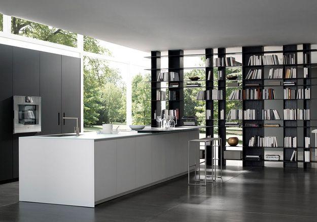 Une cuisine ouverte avec bibliothèque