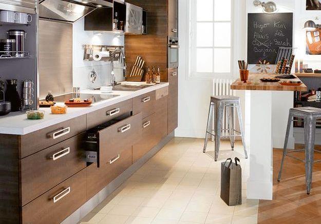 Une cuisine ouverte avec un muret