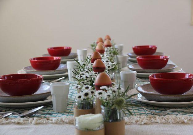 Une déco de table rouge pour Pâques