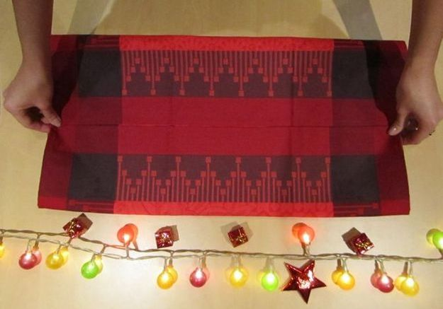 Le plus pratique : plier sa serviette comme en écrin pour ses couverts