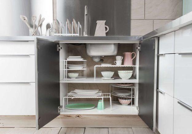 Des placards de cuisine pratiques avec des étagères mobiles
