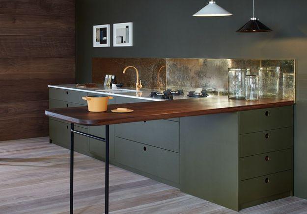 Une cuisine design à la crédence dorée