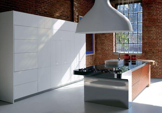 Une cuisine design qui associe mur en briques et meubles blancs
