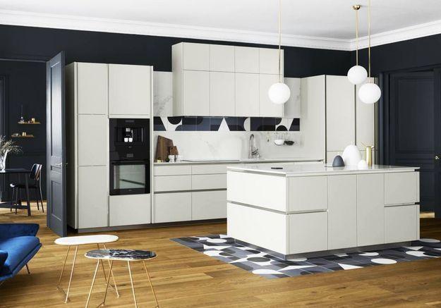 Une cuisine design qui mixe les revêtements de sol