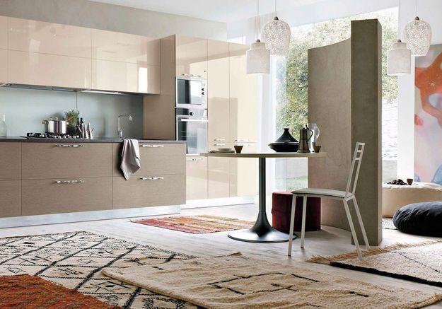 Une cuisine design réchauffée par des tapis