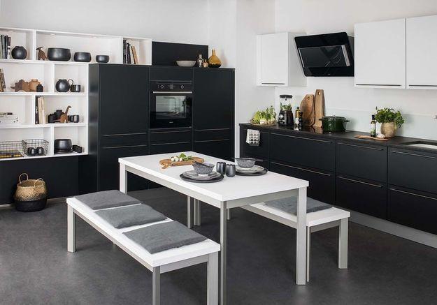 Cuisine noire et blanche qui met en scène les ustensiles de cuisine