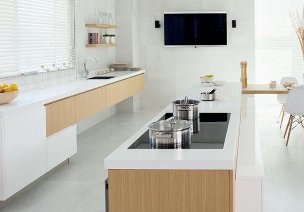 Une cuisine en bois et en blanc