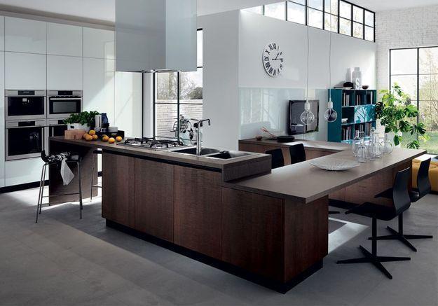 Une cuisine ouverte à l'aménagement carré