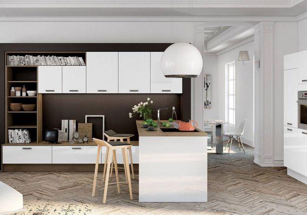 Une cuisine ouverte décorée d'objets tendance