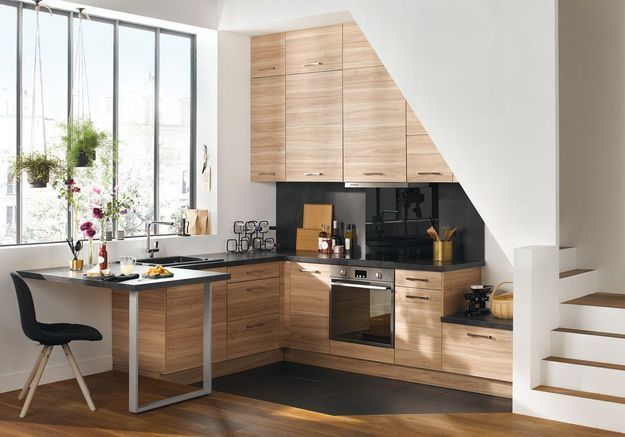 Une cuisine ouverte installée sous l'escalier