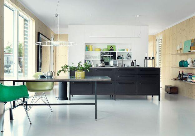Une cuisine ouverte qui mixe les matériaux