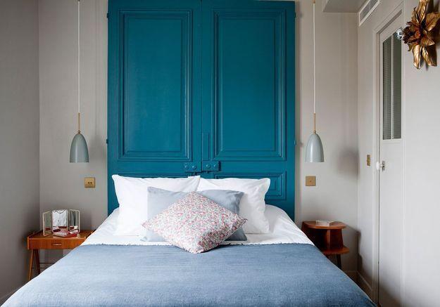 Une tête de lit surdimensionnée pour une petite chambre qui en impose