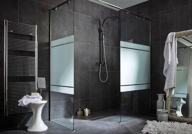 Une salle de bains gris foncé
