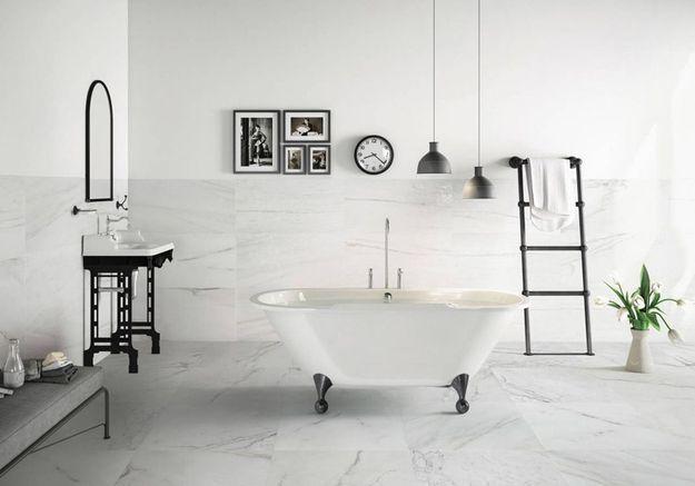 Une salle de bains grise très chic en marbre