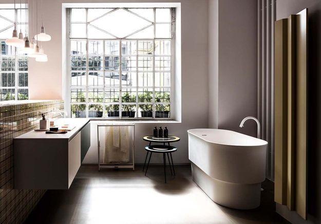 Investissez dans une baignoire ilôt contemporaine dans la salle de bains