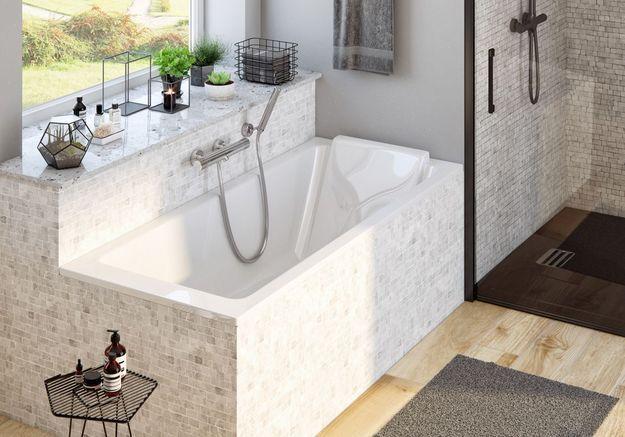 Mêlez le noir et le carrelage pierreux dans la salle de bains