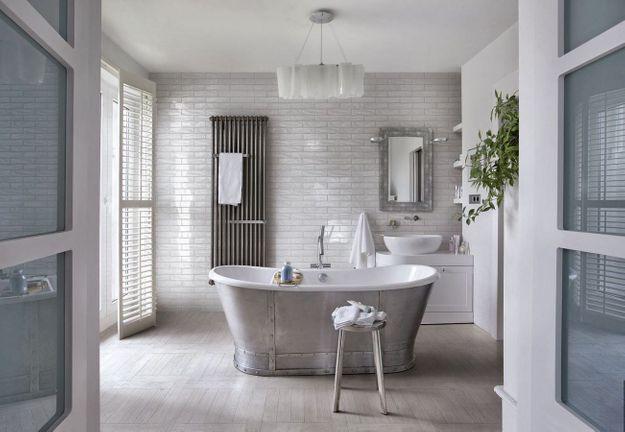 Placez la baignoire au centre de la salle de bains