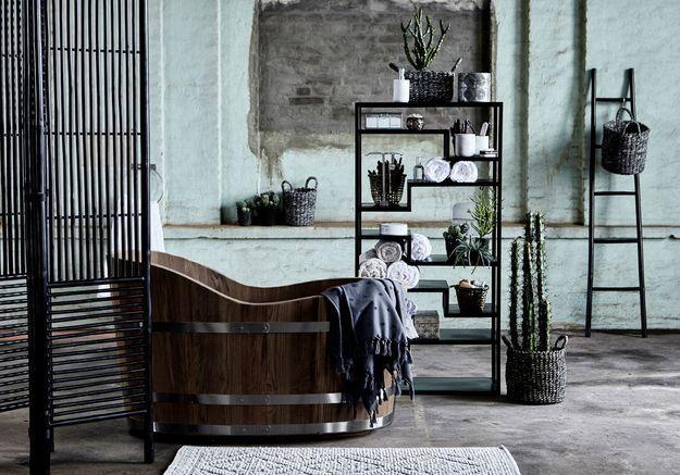 Une salle de bains design aux matériaux bruts