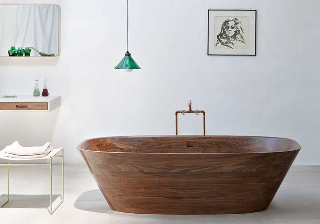 Une salle de bains design avec baignoire en noyer poli à la main