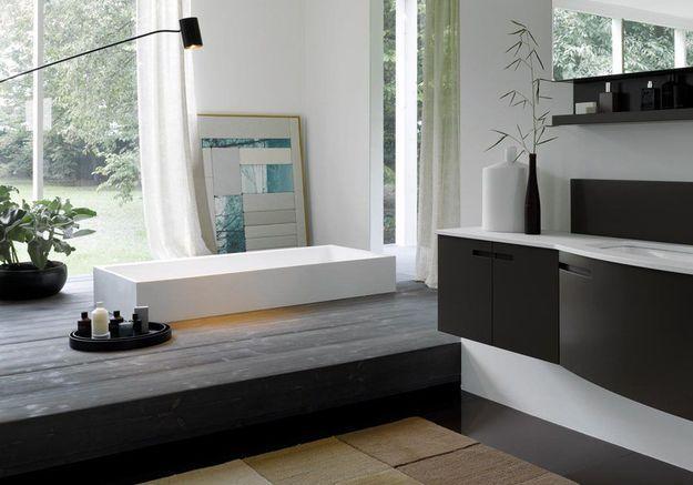 Une salle de bains design avec baignoire semie encastrée