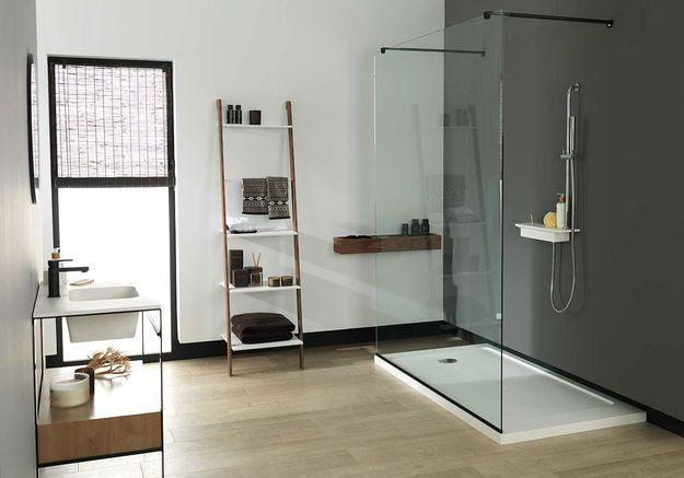 Une salle de bains design avec douche à l'italienne XXL