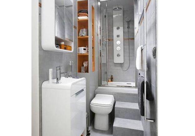 Une petite salle de bains dans un couloir