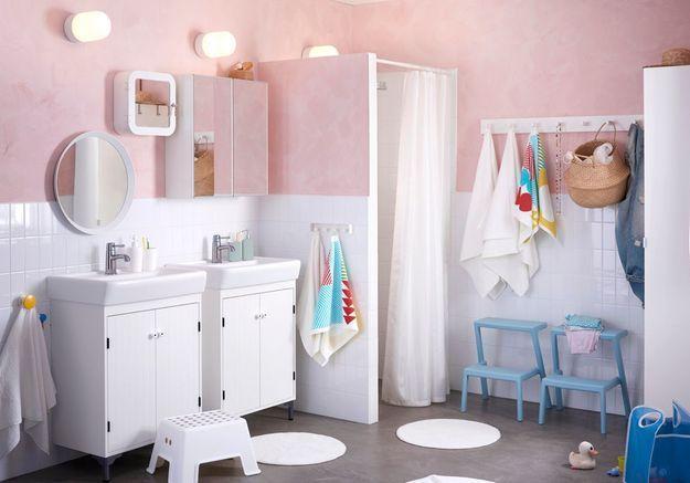 Salle de bains pour enfant avec des marche-pieds pour le lavabo