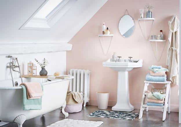 Salle de bains pour enfant avec des tons pastel