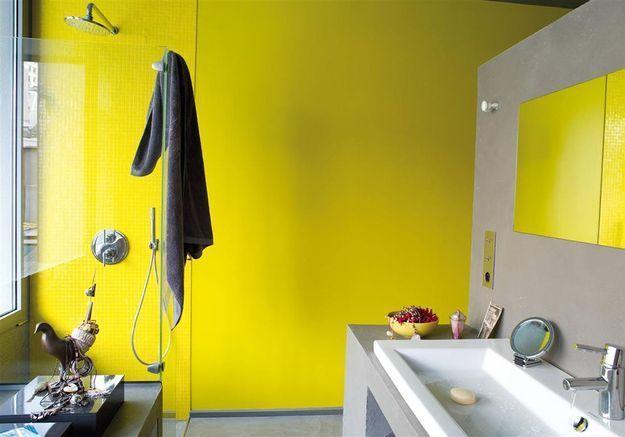 De la couleur dans la salle de bains via un seul mur peint