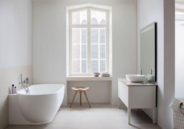 Une salle de bains blanche au mobilier design