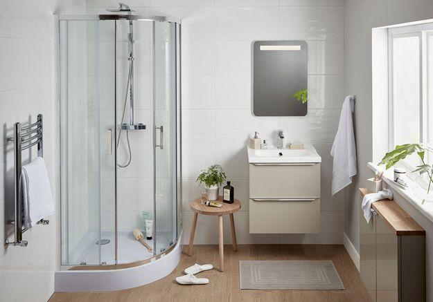Une salle de bains Castorama qui adopte la douche courbée