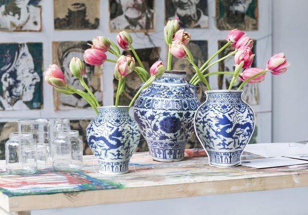 Un bouquet printanier dans un vase au look affirmé